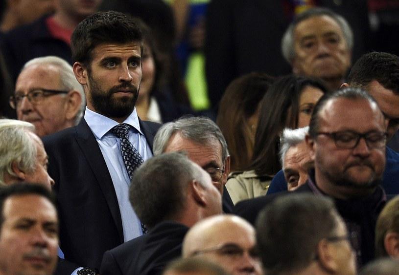 Gerard Pique (w garniturze, z brodą) na trybunach Camp Nou /AFP