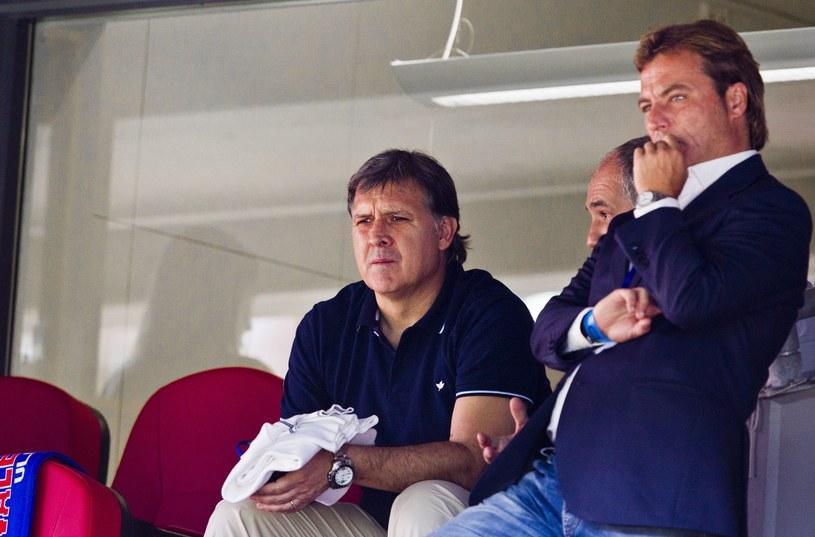 Gerardo Martino (z lewej) przygląda się grze piłkarzy Barcelony /AFP