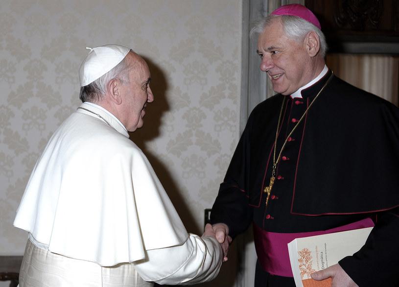 Gerhard Mueller (z prawej) z papieżem Franciszkiem /OSSERVATORE ROMANO  /AFP