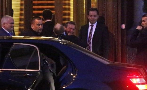 Gerhard Schroeder w uścisku z Władimirem Putinem /PAP/EPA/ANATOLY MALTSEV  /PAP/EPA