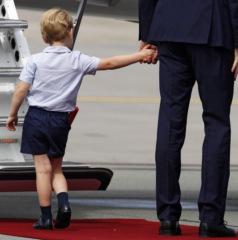 Geroge wyraźnie dawał znać ojcu, że chce już iść /Associated Press/East News