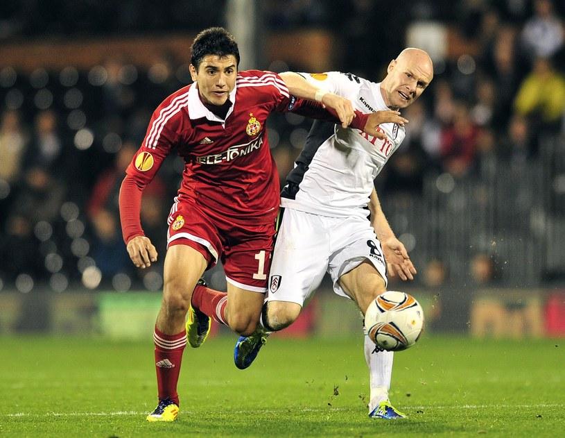 Gervasio Nunez w barwach Wisły walczył w Lidze Europejskiej. Tu w meczu z Fulham (z prawej Andy Johnson). /AFP