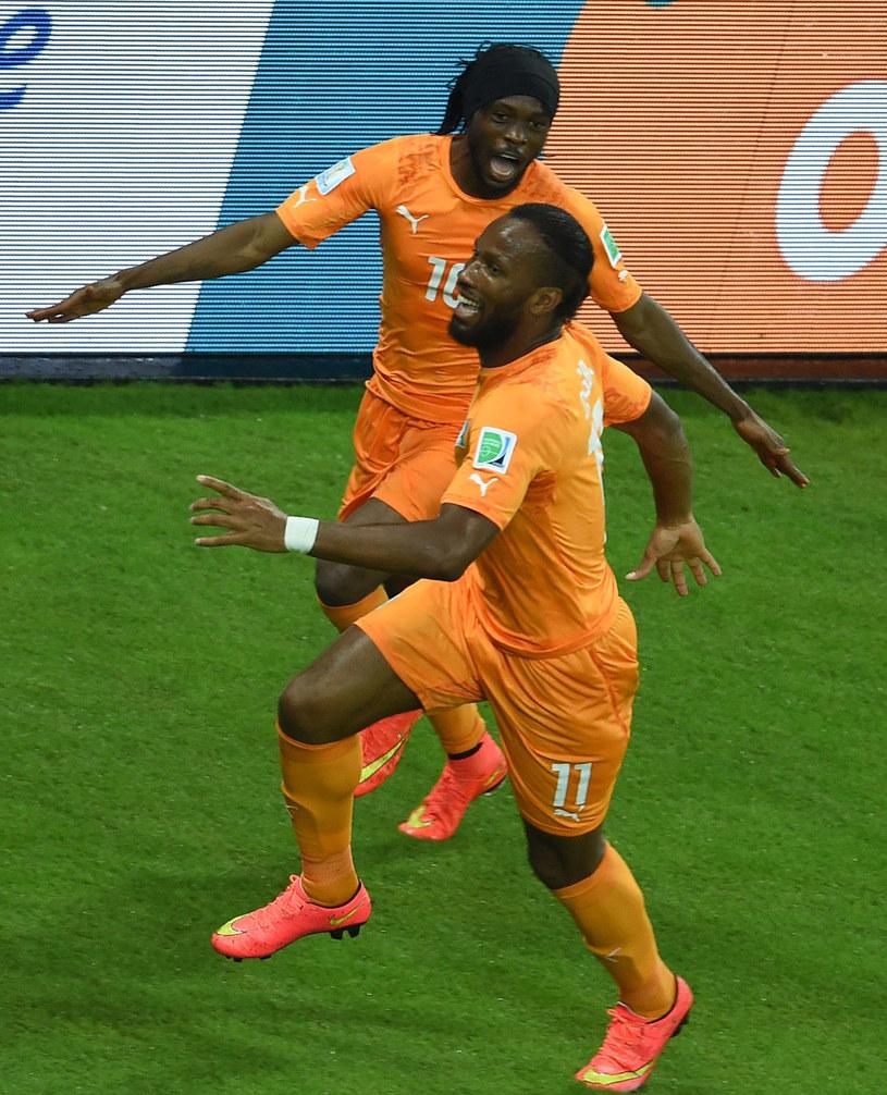 Gervinho i Didier Drogba świętują zwycięską bramkę w meczu z Japonią /AFP