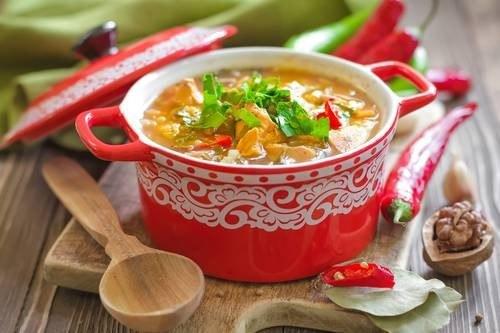 Gęsta gulaszowa zupa - aromatyczna i sycąca /East News