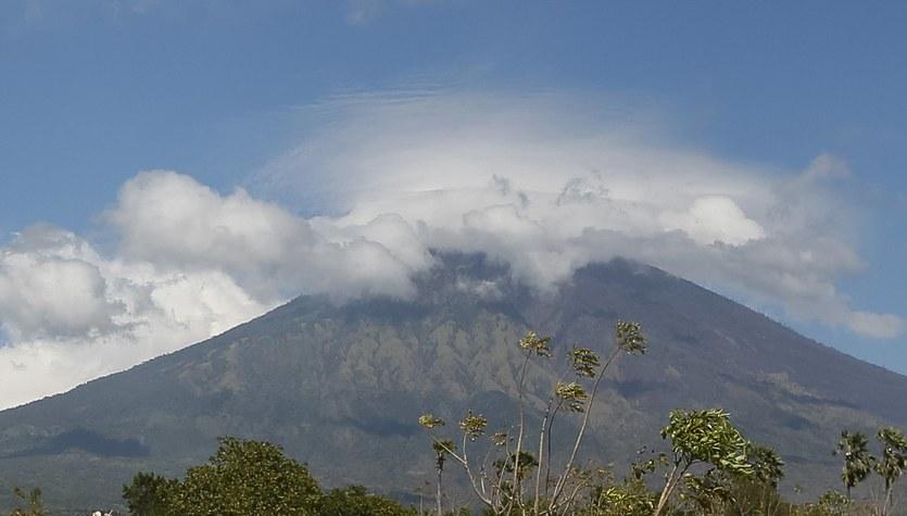 Gęsty dym nad wulkanem Agung