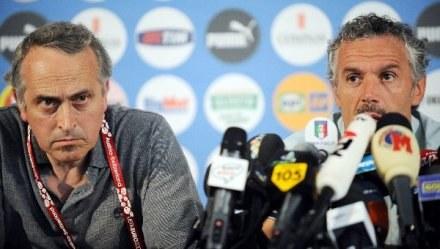 Giancarlo Abete (z lewej) w towarzystwie selekcjonera Włoch Roberto Donadoniego /AFP