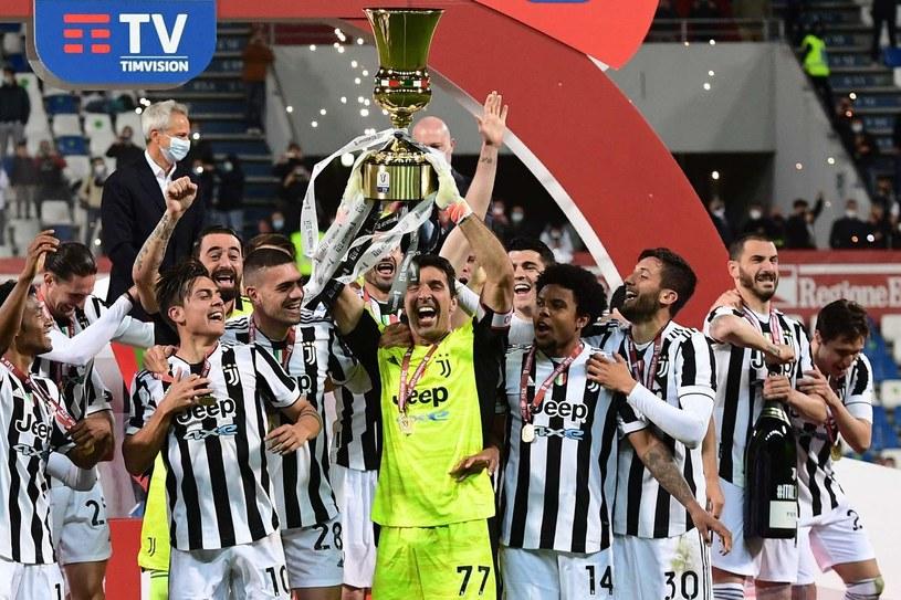 Gianluigi Buffon z Pucharem Włoch, ostatnim trofeum w barwach Juventusu /AFP