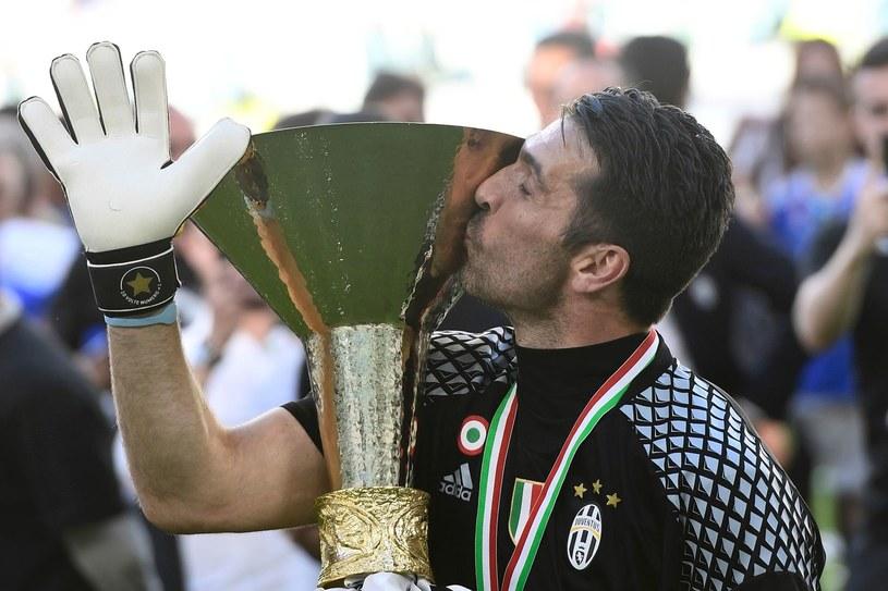 Gianluigi Buffon z trofeum za mistrzostwo Włoch. Czy w sobotę wygra upragnioną Ligę Mistrzów? /AFP