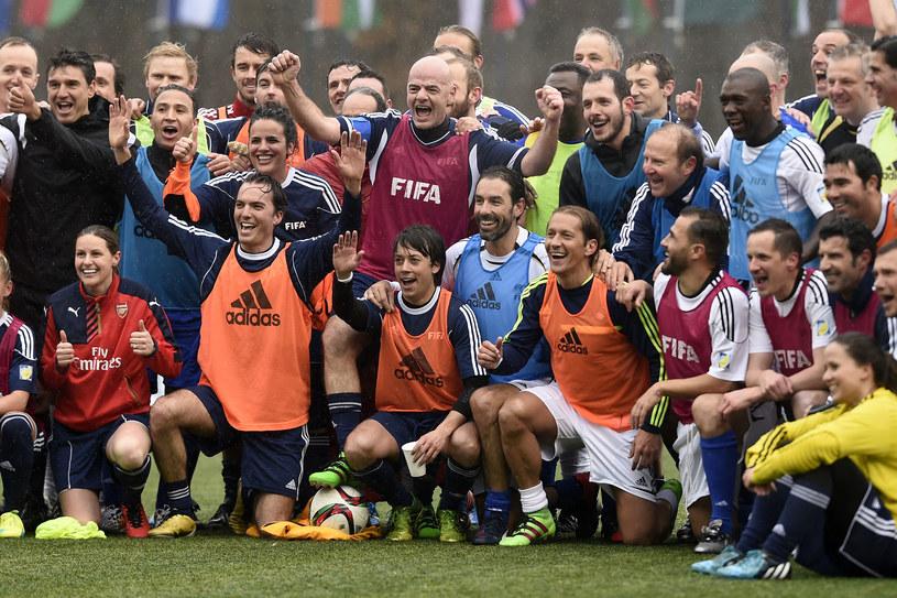 Gianni Infantino w szeregu piłkarskich gwiazd /AFP