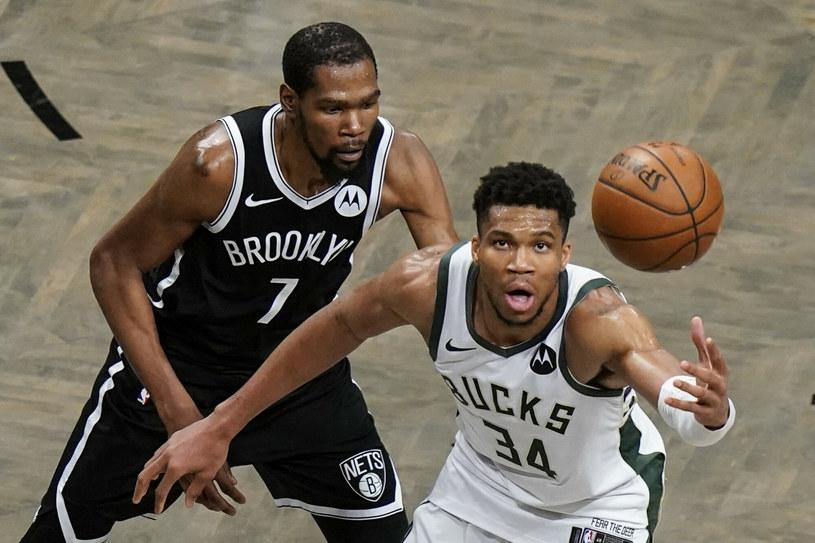 Giannis Antetokounmpo (z prawej) zdobył mniej punktów niż Kevin Durant, ale to właśnie ten pierwszy może cieszyć się z awansu swojej drużyny /AP/Associated Press/East News /East News