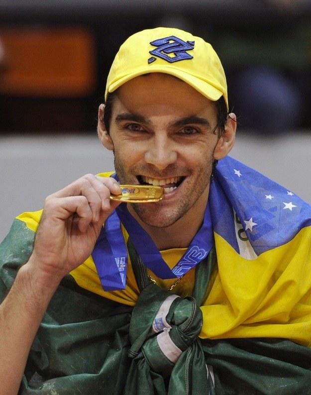 Giba ze złotym medalem Ligi Światowej /AFP