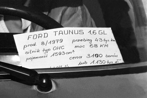 """Giełda samochodowa na Żeraniu - październik 1982 r. Cena w """"bonach"""" oznacza cenę w dolarach /Aleksander Jałosiński /Agencja FORUM"""