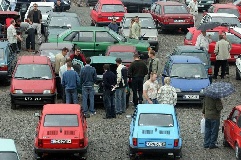 Giełda samochodwa w Balicach. Rok 2005 /ANNA KACZMARZ/REPORTER /Agencja SE/East News