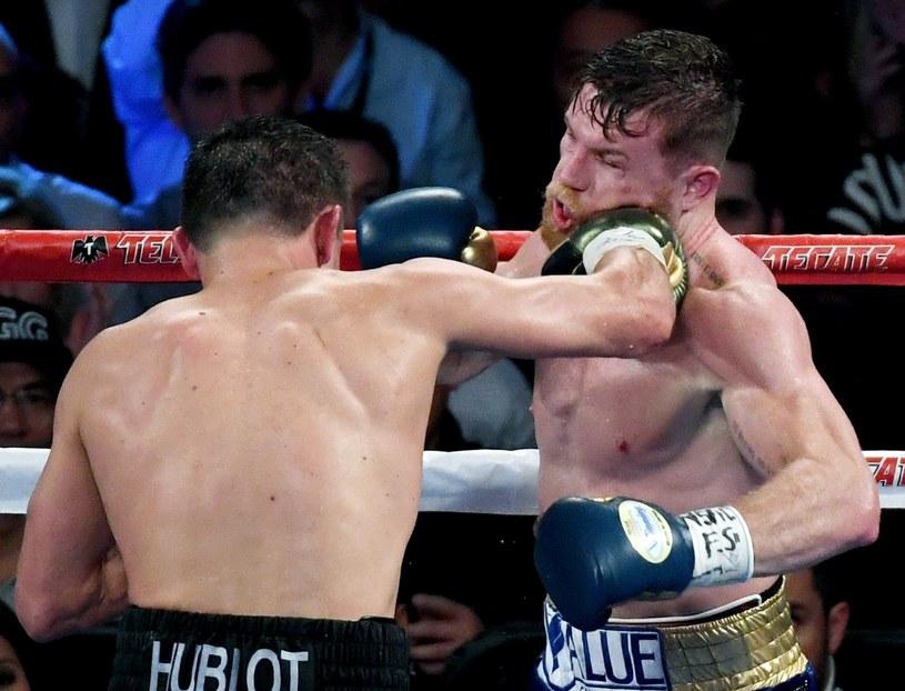 """Giennadij Gołowkin (z lewej) i Saul """"Canelo"""" Alvarez podczas ich pierwszej walki /AFP"""