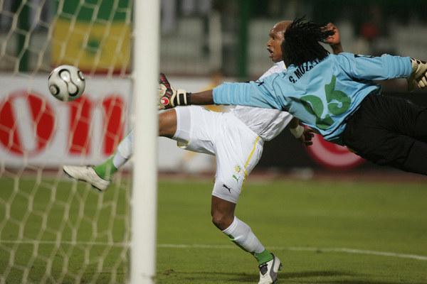 Gift Muzadzi i El-Hadji Diouf podczas meczu Senegal - Zimbabwe na Pucharze Narodów Afryki 2006 /KARIM JAAFAR / AFP /AFP