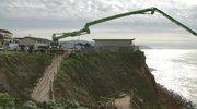Gigantyczna dziura odcięła dostęp na plażę w Kalifornii. Leją w nią tony betonu