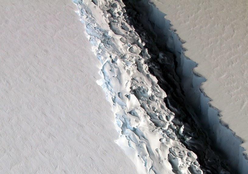 Gigantyczna góra lodowa odrywa się od Antarktydy /PAP/EPA