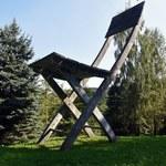 Gigantyczne betonowe krzesło pod Krakowem. Kicz czy dzieło sztuki?