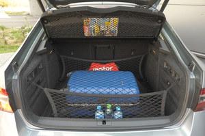 Gigantyczny bagażnik ma bardzo foremny kształt. Utrzymanie porządku ułatwiają liczne haki oraz siatki do mocowania bagażu. W burcie – wyjmowana latarka LED. /Motor