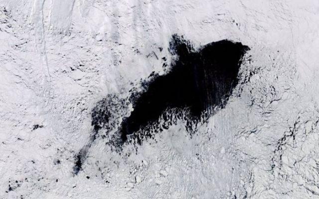 Gigantyczny otwór w lodach Antarktyki /NASA