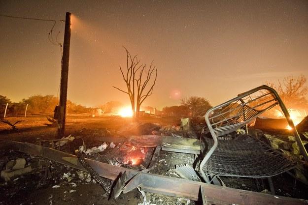 Gigantyczny pożar w Kalifornii strawił już ponad 1500 hektarów ziemi. Na zdjęciu: ruiny spalonego domu /STUART PALLEY /PAP/EPA