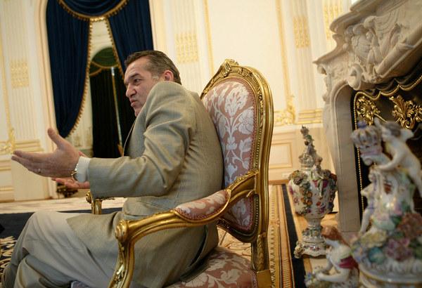 Gigi Becali w swoim domu w Bukareszcie /AFP