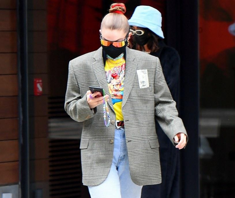 Gigi Hadid została kilka dni temu sfotografowana, gdy przechadzała się ulicami Nowego Jorku w obszernej kraciastej marynarce z poduszkami /KEVY, JWNY /East News