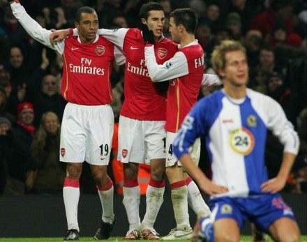 Gilberto Silva, Robin Van Persie i Cesc Fabregas celebrują okazałe zwycięstwo Arsenalu /AFP
