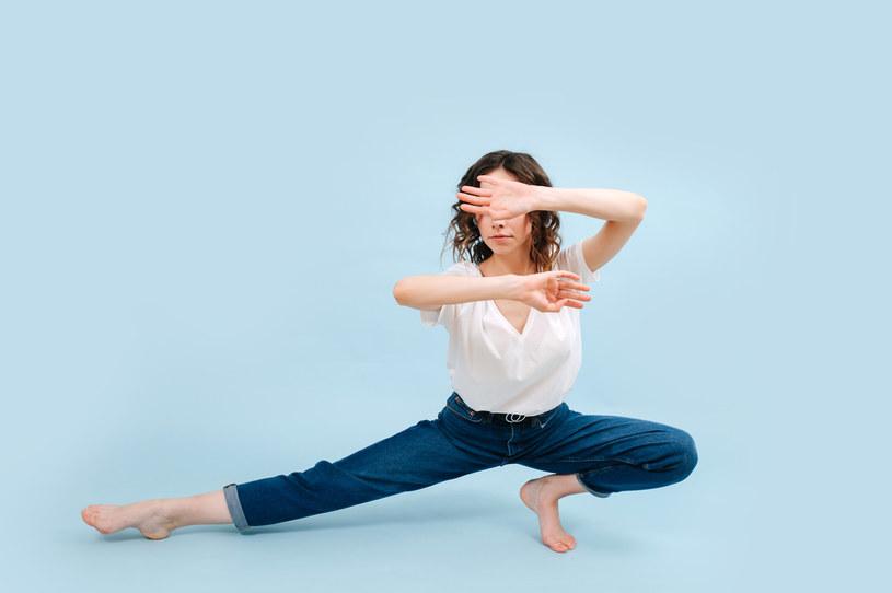 Gimnastyka i taniec pomogą rozciągnąć jeansy /123RF/PICSEL