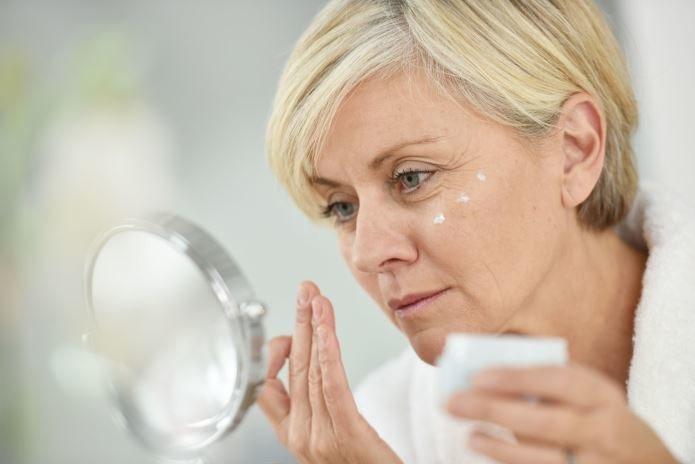 Gimnastykę powinno się wykonywać przed lustrem, by kontrolować pracę mięśni i nie dopuścić do marszczenia innych części twarzy /materiały promocyjne