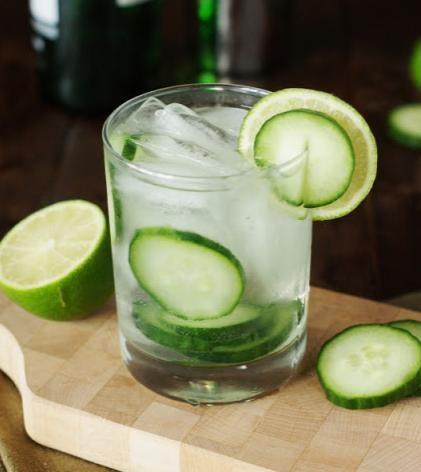 Gin z tonikiem i ogórkiem /© Photogenica