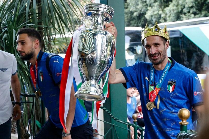 Ginaluigi Donnarumma i Giorgio Chiellini (z prawej) po powrocie do ojczyzny z trofeum za triumf w Euro 2020 /AFP