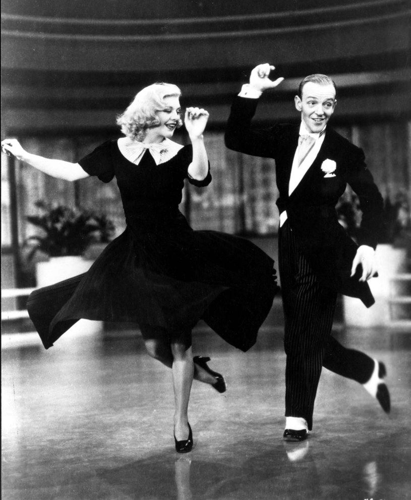 """Ginger Rodgers i Fred Astaire w scenie z """"Lekkoducha"""" /East News"""