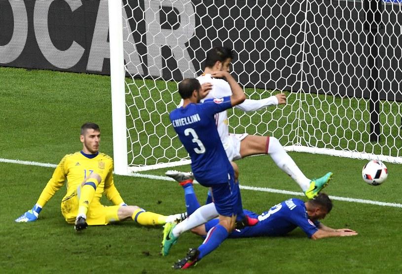 Giorgio Chiellini (3) strzela bramkę na 1-0 i szokuje Hiszpanię z połową Europy. /AFP