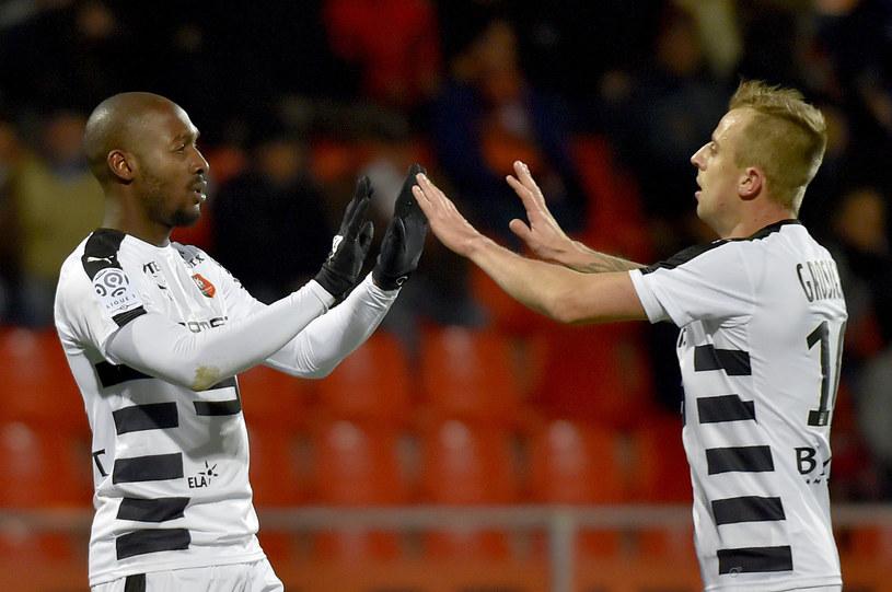 Giovanni Sio i Kamil Grosicki cieszą się z gola dla Stade Rennes /AFP