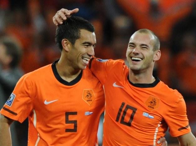 Giovanni van Bronckhorst i Wesley Sneijder. /AFP
