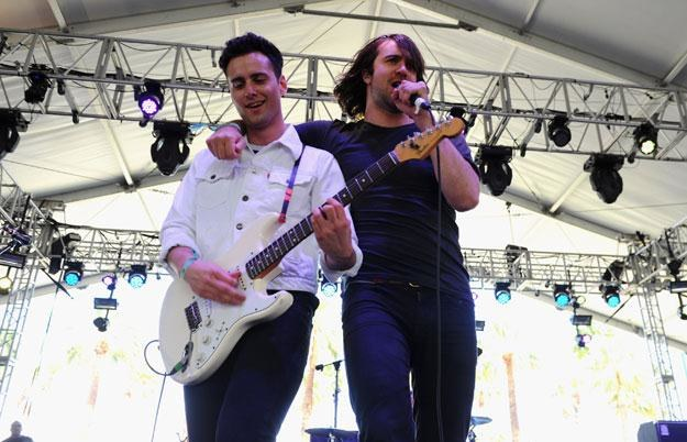 Gitarzysta Freddie Cowan i wokalista Justin Young z The Vaccines fot. Michael Buckner /Getty Images/Flash Press Media