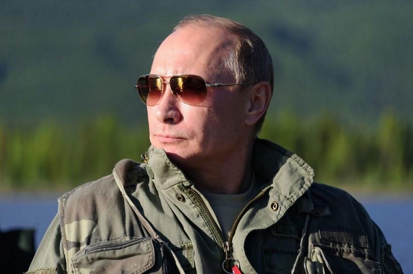 """Gitarzysta włożył w spodnie flagę, po chwili ją wyciągnął i rzucił na widownię, krzycząc: """"Nie mówcie o tym Putinowi!"""" /AFP"""