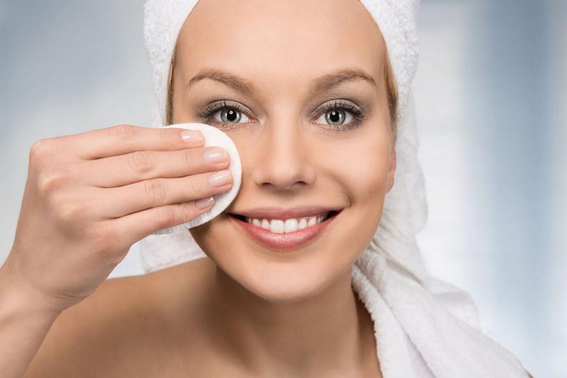 Gładka skóra lepiej odbija światło i wygląda młodziej. Starajmy się więc pobudzić produkcję kolagenu, który zapobiega jej wiotczeniu /123RF/PICSEL