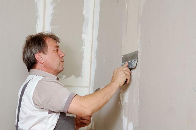 Gładkie ściany w pomieszczeniach można uzyskać na dwa sposoby /©123RF/PICSEL
