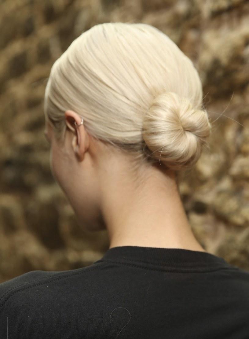 Gładko zaczesane włosy i niski koczek to klasa sama w sobie /materiały promocyjne