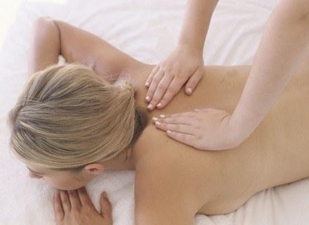 Głaskanie może pomóc w zwalczaniu dolegliwości bólowych /ThetaXstock