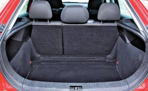 Głęboki, ale wąski bagażnik o pojemności 340 l. Można powiększyć go do 1655 l. Klapa jest dosyć ciężka. /Motor