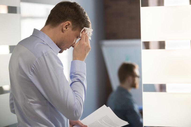 """Głęboki stres przed przemówieniami, prześmiewcze uwagi ludzi z otoczenia - to tylko garstka problemów, z jakimi musi mierzyć się """"jąkała"""" /123RF/PICSEL"""