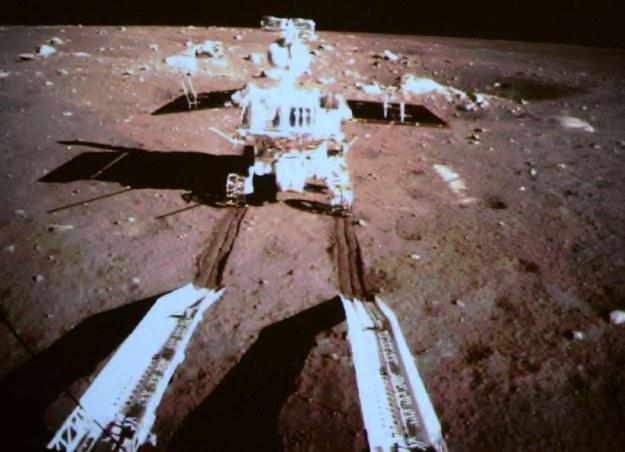 Głębokie ślady pozostawione przez chiński łazik na powierzchni Księżyca (Fot. China Space) /materiały prasowe
