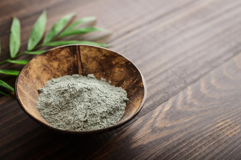 Glinka zielona jest w stanie dokładnie oczyścić skórę, złagodzić stany zapalne, a także rozjaśnić i wyrównać koloryt skóry /123RF/PICSEL