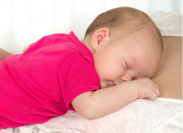 Głodny maluszek zazwyczaj ssie swoje paluszki, nerwowo kręci główką, mlaszcze i szeroko otwiera usta. /123RF/PICSEL