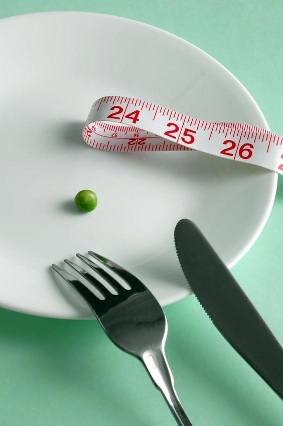 Głodzenie się to najczęstszy błąd osób odchudzających się /© Panthermedia