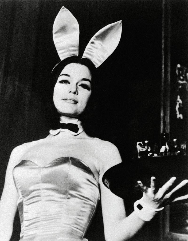 """Gloria Steinem podczas pracy, jako króliczek """"Playboya"""" /Bettmann /Getty Images"""