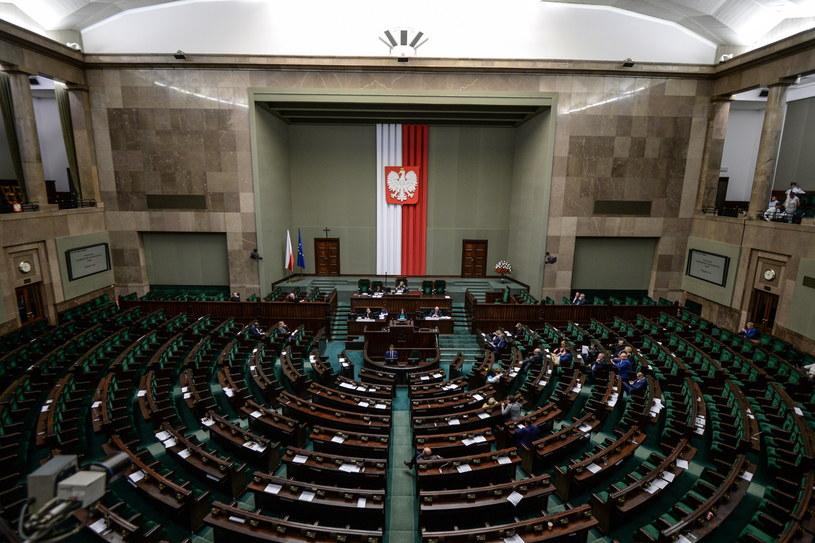 Głosowanie nad wnioskami o odrzucenie projektu odbędzie się w piątkowym, porannym bloku głosowań /Marcin Obara /PAP